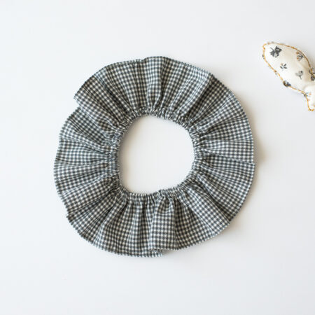 cuello de cuadritos grises